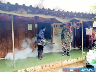 Berantas Nyamuk Aedes Aegypti Babinsa Dampingi Team Fogging