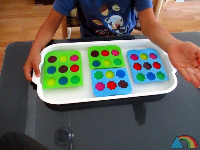 Bandeja con cubiteras rellenas de témperas de colores rebajadas con agua