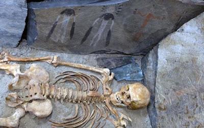 Forse queste figure rappresentano una narrazione di un rituale funebre, in attesa di un ricercatore che può leggerlo e comprenderlo.
