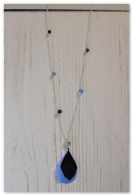 sautoir perles et plumes noir et bleu