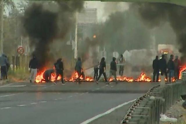 Pobladores cortan accesos a capital de Chile en Huelga General