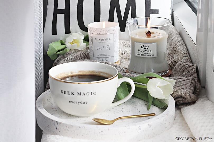 świeca woodwick i filiżanka kawy blog