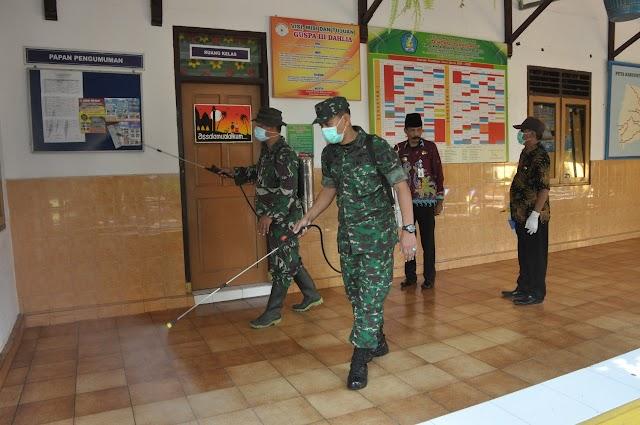 Cegah Covid-19, TNI Lumajang Semprotkan Disinfektan ke Fasilitas Publik