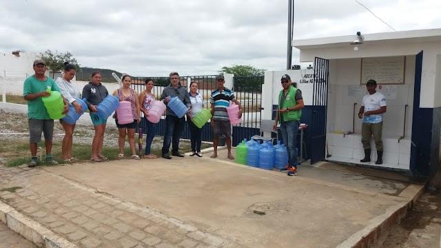 Em visita ao Ponto de Abastecimento do Programa Água Doce, o prefeito Inácio Nóbrega participou da Doação de Baldes