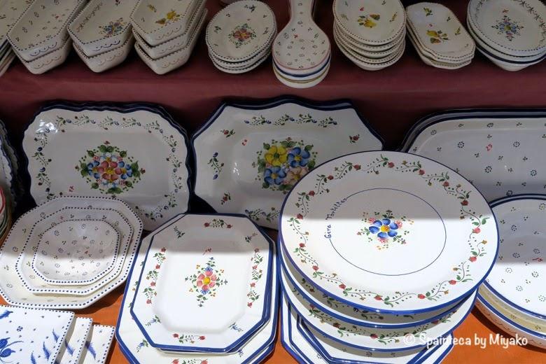 Feria de la Cacharrería マドリードの陶器市の花のモチーフの可愛い食器