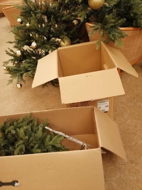 Kuusen osat puretaan järjestyksessä ja varastoidaan merkittyihin laatikoihin.