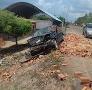 Mulher bate carro em pilha de tijolos na zona rural de Pedreiras.