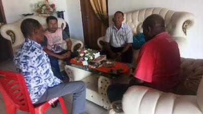 Raja Tual Djafar Tamher saat memediasi pertemuan antara Syalahudin Kabalmay bersama Manager PT PLN Tual