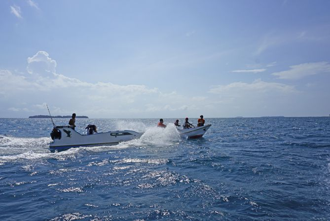 Memecah ombak laut