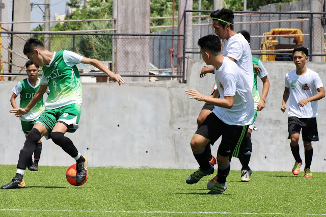 La Salle FC's Alessandro Suarez (left with ball) scored a brace versus FC Reigning Kickers.  Image source:  Karlyn Vivas.
