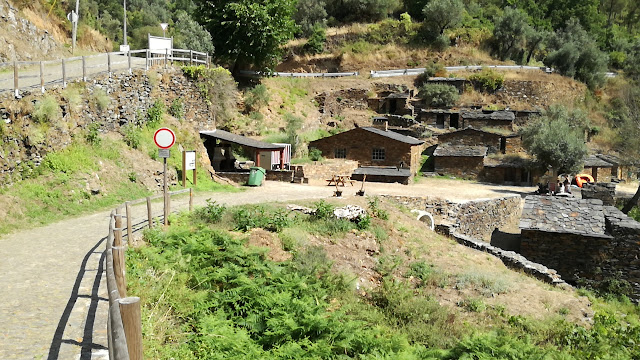 Casas de Xisto na Praia Fluvial da Cabreira