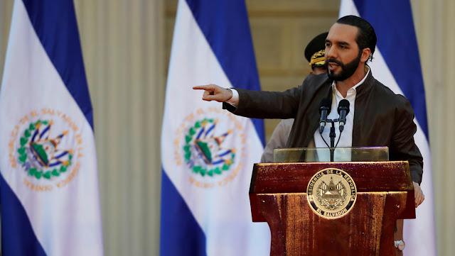 """Bukele autoriza a los cuerpos de seguridad a usar la """"fuerza letal"""" para combatir a las pandillas ante el aumento de homicidios en El Salvador"""