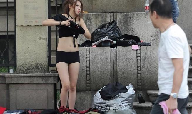 Foto Bugil Artis uncensore Heboh Keliatan Toketnya Saat Ganti Baju Di Trotoar