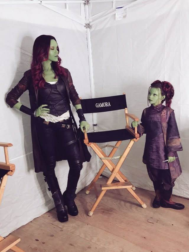 Which one deserves to a Gamora chair ? :「ガモラ」って書いてあるから、私のイスよ!!と、正ガモラの座を賭けて、にらみ合いの大人ガモラのゾーイ・サルダナと子どもガモラのアリアナ・グリーンブラットちゃん!!