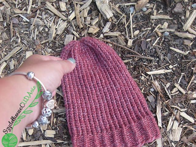Wełniana czapka na obręczy dziewiarskiej - Czytaj więcej »