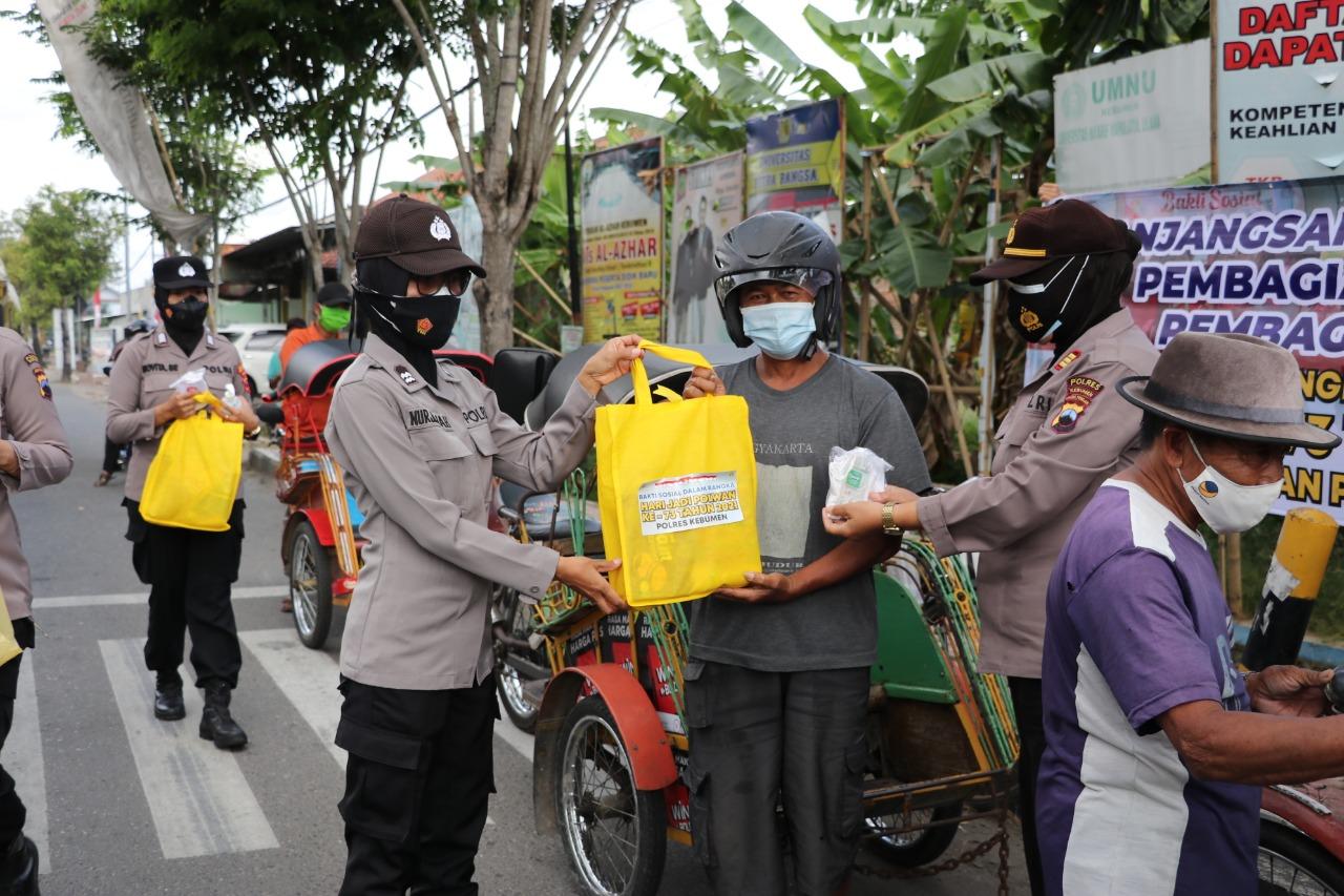 Tukang Becak Terima Bansos HUT Polwan Polres Kebumen