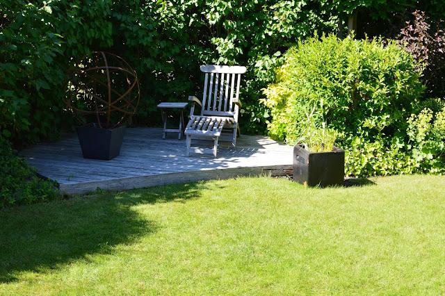 Sitteplass i et rom i hagen. Trädgårdsrudorna.