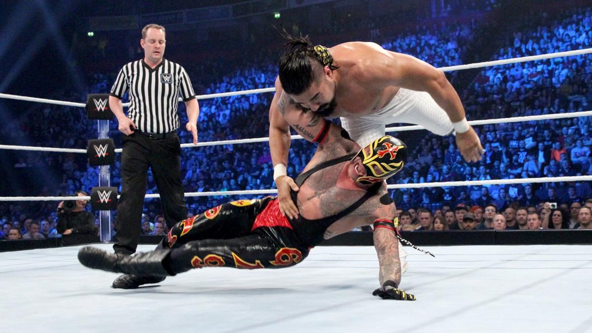 Booker T diz que Andrade fez Rey Mysterio parecer 20 anos mais jovem durante rivalidade