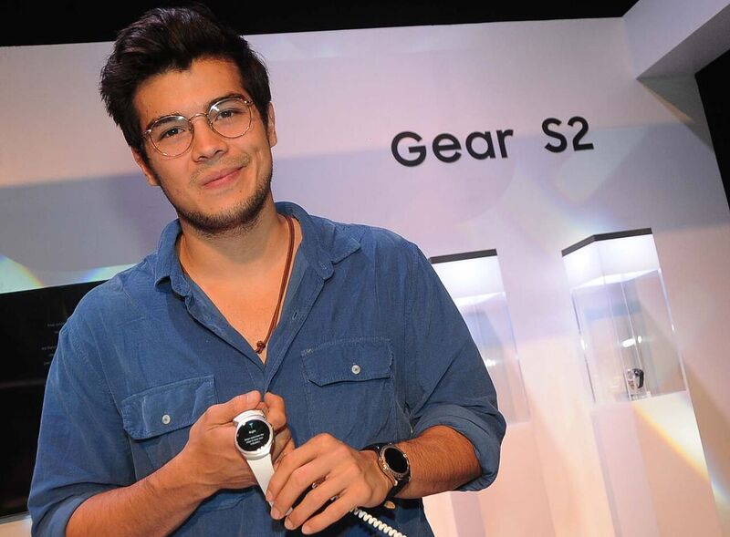 Erwan Heussaff dons the Gear S2 smartwatch.