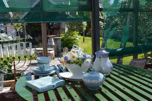 En solrik dag i Cornelias Verden - detalj inne i drivhuset med gammelt teservise