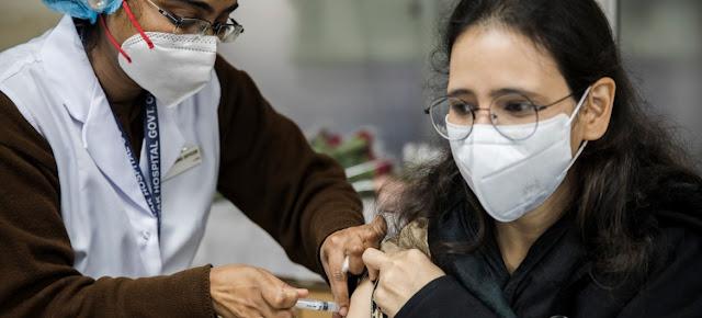 Los trabajadores de salud empiezan a recibir la vacuna contra el COVID-19 en India.UNICEF India/Kuldeep Rohilla