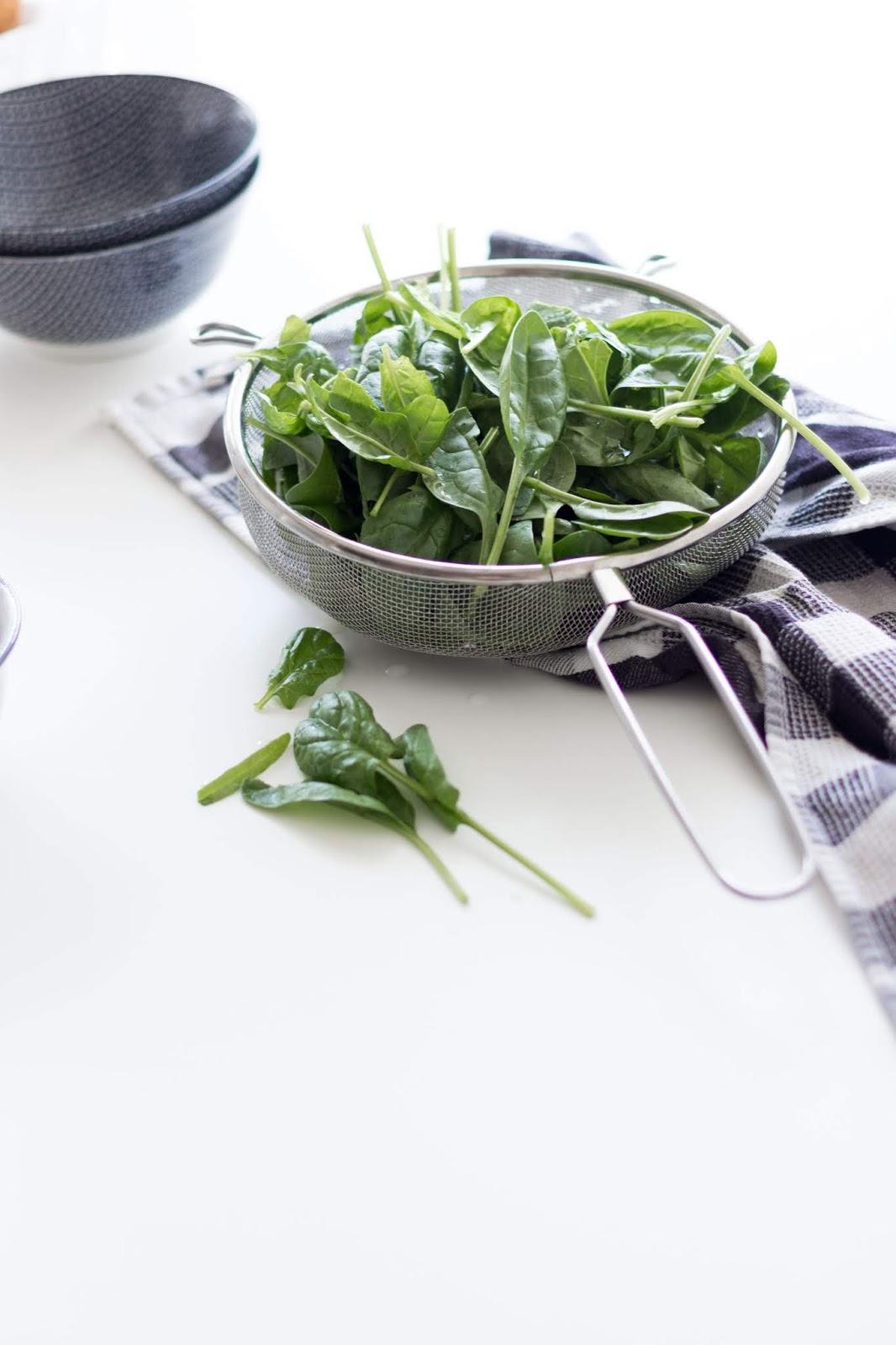 Recipe | Spinatsalat mit Ziegenkäse, Cranberries und Honig | www.scandiinspiration.com