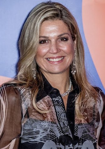 Queen Maxima wears Mattijs van Bergen Meeusen Hypnose shirt and Meeusen Smoke trouser, wore Christian Louboutin Pumps, Diamond earring, diamond gold silver necklace