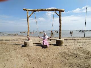 bermain ayunan di pantai
