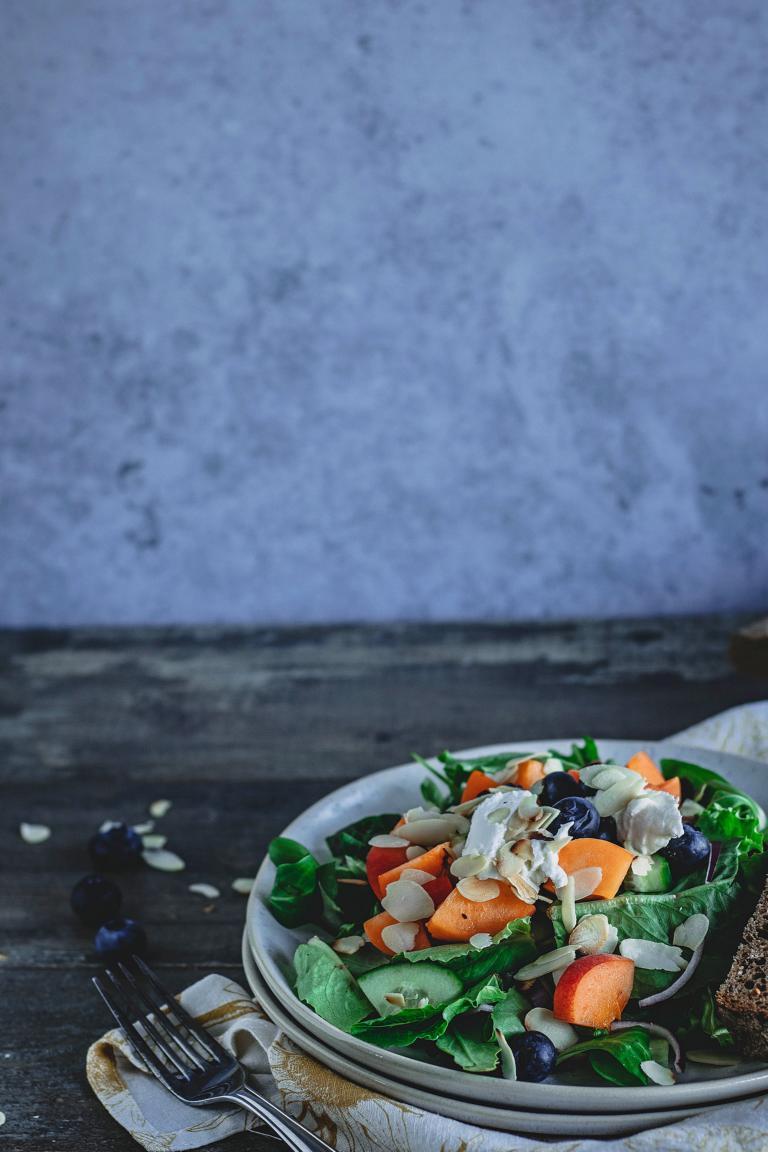 Sommersalat mit Aprikosen und Ziegenfrischkäse