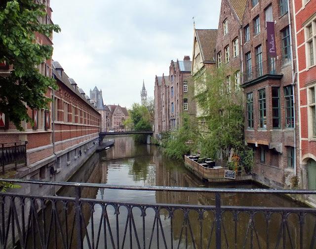 ciudad entre canales