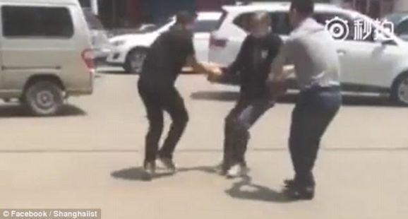 4 (Disturbing Photos + Video) Shocking Moment A Man Holding Knife Attacks A Woman In Broad Daylight news