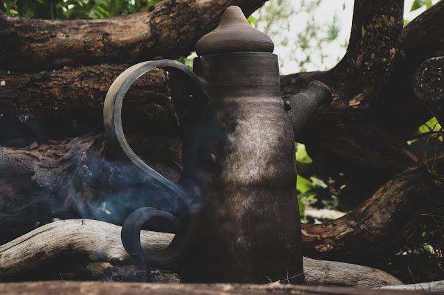Chaleira de cerâmica feita com a técnica Raku