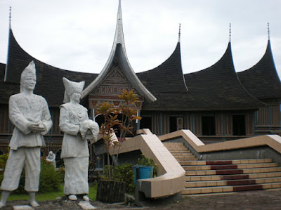 Sejarah Kota Padang     Kota Padang adalah kota terbesar di pesisir barat pulau Sumatera sekaligus ibu kota dari provinsi Sumatera Barat, Indonesia. Kota ini memiliki wilayah seluas 694,96 km² dengan kondisi geografi berupa daerah perbukitan yang ketinggiannya mencapai 1.853 m dpl. Berdasarkan sensus penduduk tahun 2010, kota ini memiliki jumlah penduduk sebanyak 833.562 jiwa yang didominasi oleh etnis Minangkabau. Agama yang dianut masyarakat di kota ini mayoritas Islam.   Sejarah kota Padang tidak terlepas dari peranannya sebagai kawasan rantau Minangkabau, yang berawal dari perkampungan nelayan di muara Batang Arau lalu berkembang menjadi bandar pelabuhan yang ramai setelah masuknya Belanda di bawah bendera Vereenigde Oostindische Compagnie (VOC). Hari jadi kota ini ditetapkan pada 7 Agustus 1669, yang merupakan hari terjadinya pergolakan masyarakat Pauh dan Koto Tangah melawan monopoli VOC. Selama penjajahan Belanda, kota ini menjadi pusat perdagangan emas, teh, kopi, dan rempah-rempah. Memasuki abad ke-20, ekspor batu bara dan semen mulai dilakukan melalui pelabuhan Teluk Bayur.   Saat ini Kota Padang menjadi pusat perekonomian karena memiliki pendapatan per kapita tertinggi di Sumatera Barat. Selain itu, kota ini juga menjadi pusat pendidikan dan kesehatan, disebabkan jumlah perguruan tinggi dan fasilitas kesehatan yang lebih banyak dibandingkan