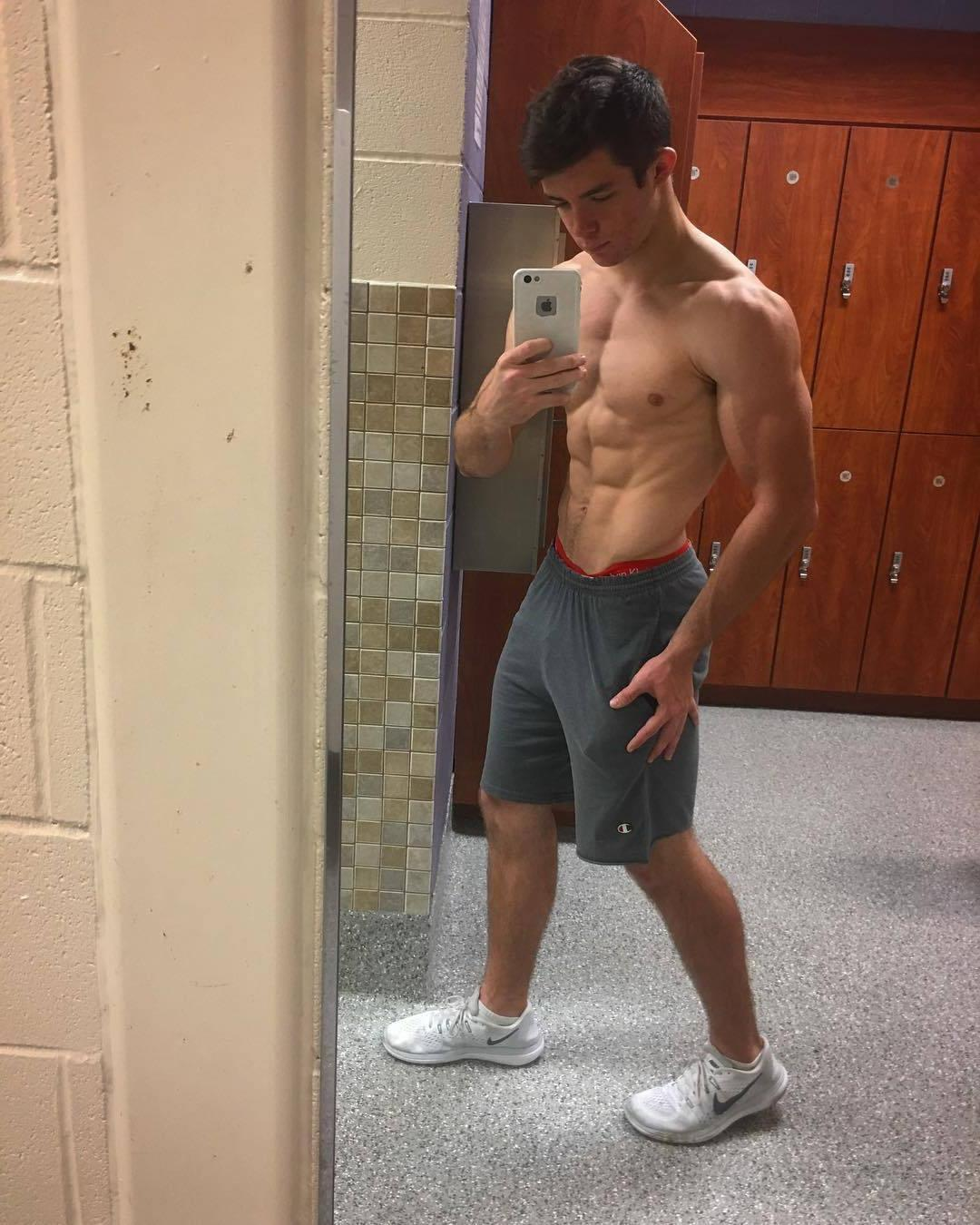 fit-young-gym-bro-shirtless-ripped-sexy-body-sixpack-abs-selfie