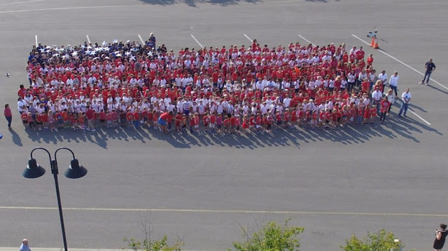 Living flag create by 700 students  in an elementary school