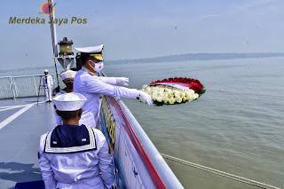 Upacara Tabur Bunga Di KRI dr. Soeharso- 990 di Pimpin Oleh Pangkoarmada II