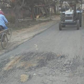 आगे से बन रही सड़क पीछे से उधड़ती जा रही  | #NayaSaberaNetwork