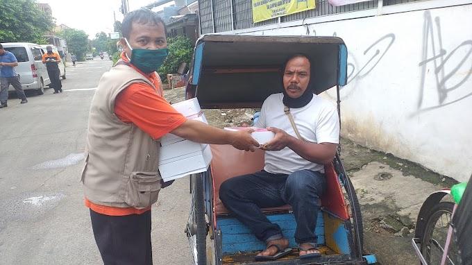 Komunitas Depok Peduli Bagikan Nasi Kotak Buat Ojol, Tukang Becak dan Sopir Angkot