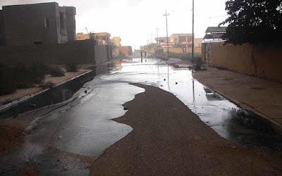 petroleo derramado en una calle de una ciudad iraquì