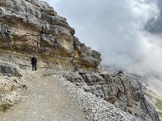 A stretch of trail leading to Rifugio Pian di Cengia.