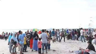 Pengunjung Membludak, Pantai Tiku Agam Ditutup