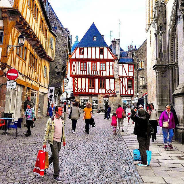 People are busy in shopping in center ville - Vannes I Brittany  I Travelling Hopper I
