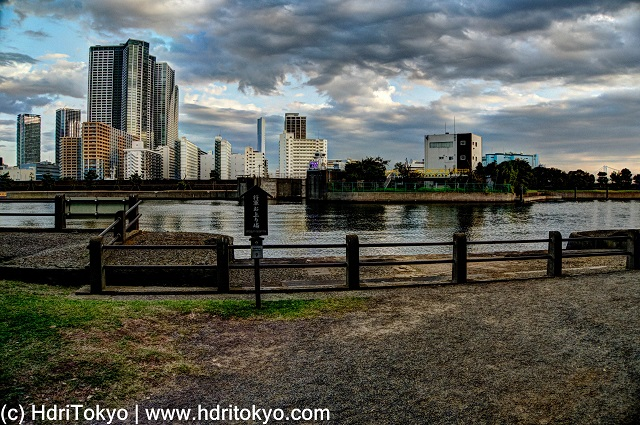 edge of Hamarikyu-gardens, and Sumida-river. cloud in the sky.