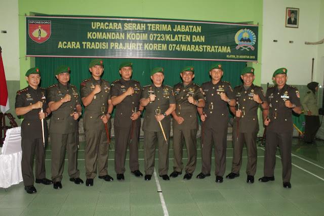 Letkol Inf Eko Setyawan Serahkan Tongkat Komando Kepada Letkol Kav Minarso Di Hadapan Danrem 074