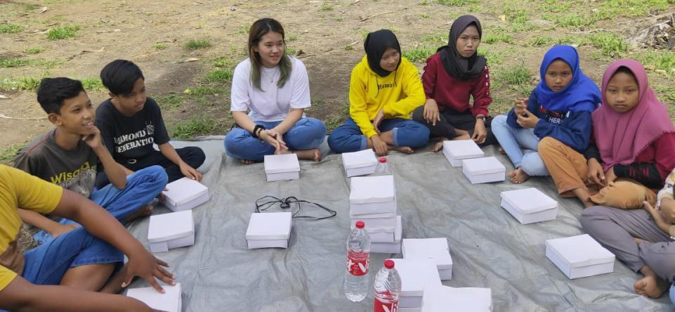 Bea Serendy makan bersama generasimuda Dukuh Putat, usai bersihkan Pantai Krokoh.saat bersihkan Pantai Krokoh bersama generasimuda Dukuh Putat, Yogyakarta.