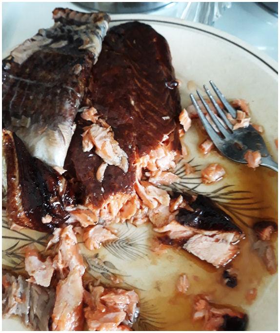 ...ja jo osittain syötyä savulohifilettä lautasella.