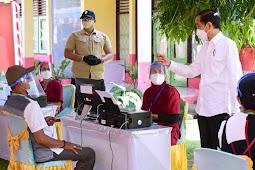 Usai Resmikan Bandara Kubang, Joko Widodo Tinjau Vaksinasi Massal COVID-19 di Kao