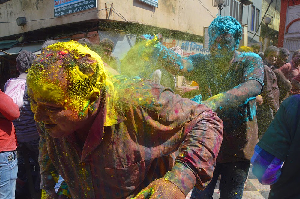 Holi Banke Bihari Temple Vrindavan 2015 colors gulal red yellow green men spray cans