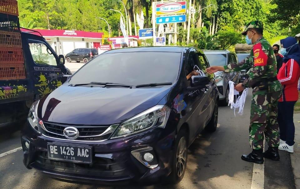 Babinsa Koramil 410-05/TKP Kodim 0410/KBL Serma Giarto bersama dengan Perangkat Kelurahan Sukadanaham, Bandar Lampung melaksankan kegiatan Jum'at Bersih dan membagikan masker