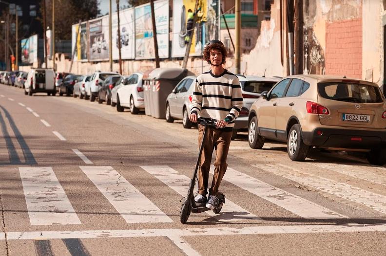 Desplazamiento ligero con el Mi Electric Scooter Essential
